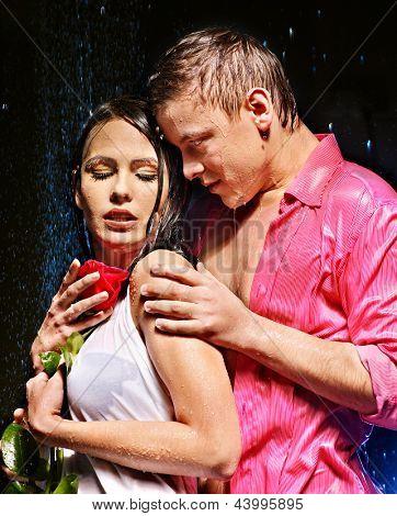 Casal sob a gota de água. Dia dos Namorados.