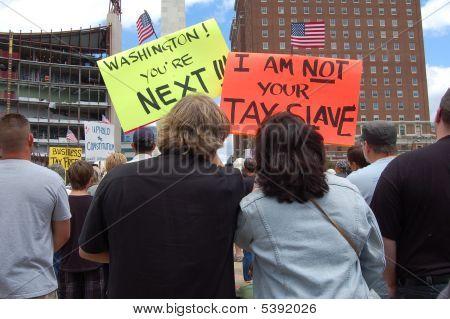 Mit Zeichen während einer Steuer Demonstranten protestieren Teegesellschaft