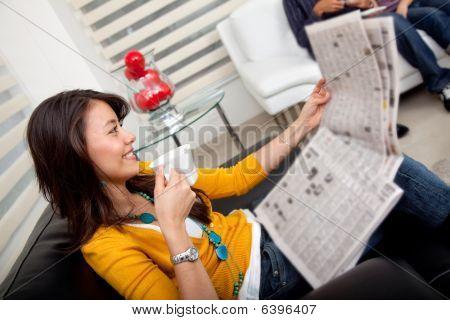 schönes Mädchen sitzen
