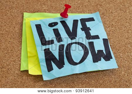 live now reminder on blue sticky note posted on cork board