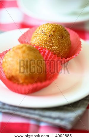 Sesame seed balls on the white plate.
