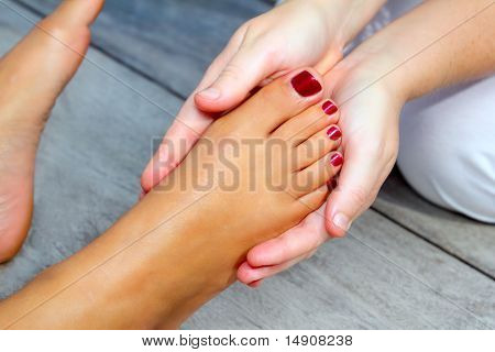 Terapia de massagem de reflexologia pés de mulher
