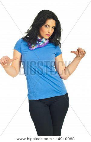 Morena atraente em camiseta azul em branco