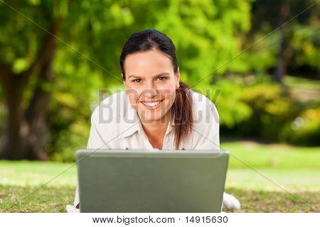 junge Frau auf ihrem Laptop arbeiten