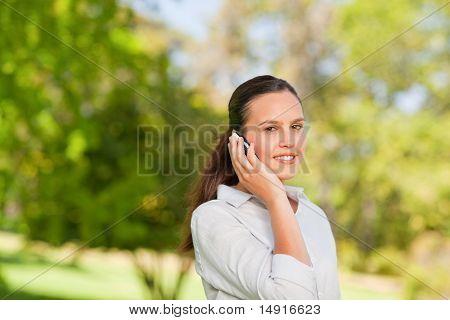 Mujer llamando en el Parque