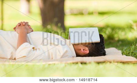 Hombre durmiendo con su libro