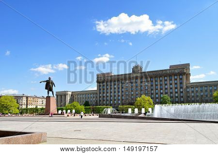ST PETERSBURG RUSSIA - MAY 23 2015. Complex of singing fountains and monument to Lenin at Moscow Square in sunny day in St Petersburg Russia