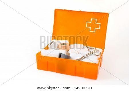 Offene Verbandskasten isoliert auf weißem Hintergrund
