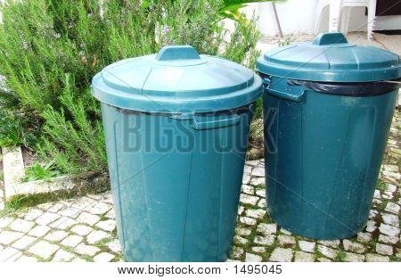 Zwei Mülltonnen