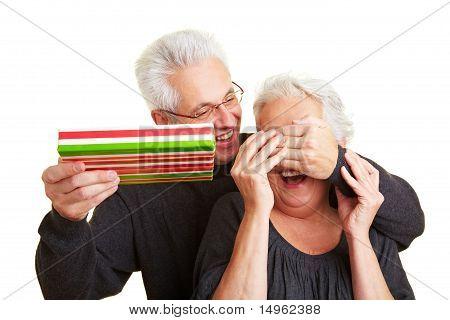Mann für Augen seiner Frau