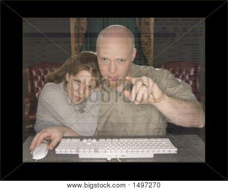Hombre y mujer en computadora