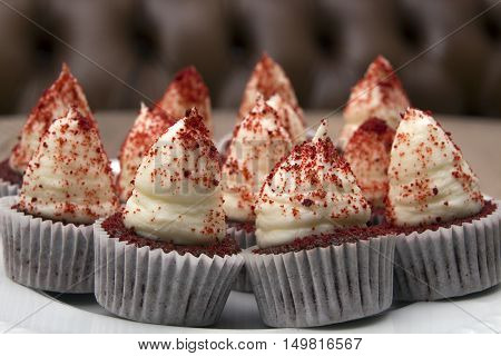 Cupcakes red velvet with cream and red crumbs