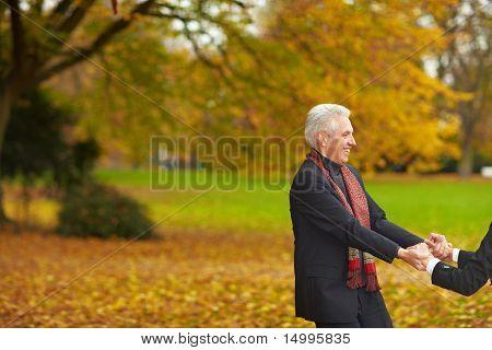 Casal sênior dançando em um parque