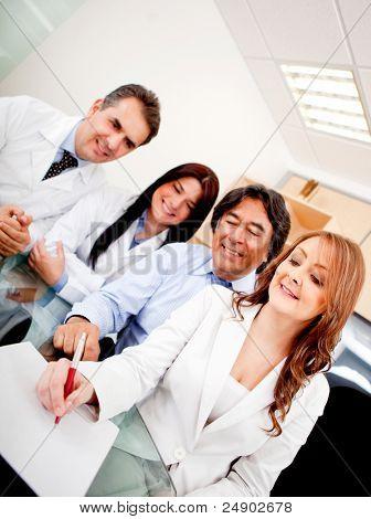 Empresarios en reunión con los médicos firma un contrato de seguro médico