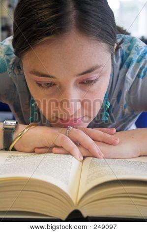 Schöne Frau, ein Buch zu lesen