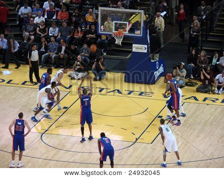 Pistons Player Tracy Mcgrady Shoot A Free Throw During Game