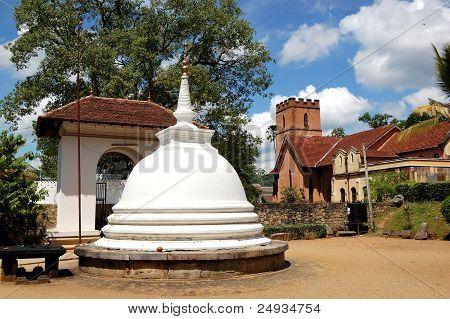 Branco Stupa no templo do senhor Buddha Tooth Relic.  Kandy, Sri Lanka. O templo é o Sacre