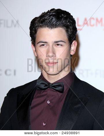 LOS ANGELES - 5 de novembro: Nick Jonas chega no LACMA arte + filme Gala em LA County Museum of Art
