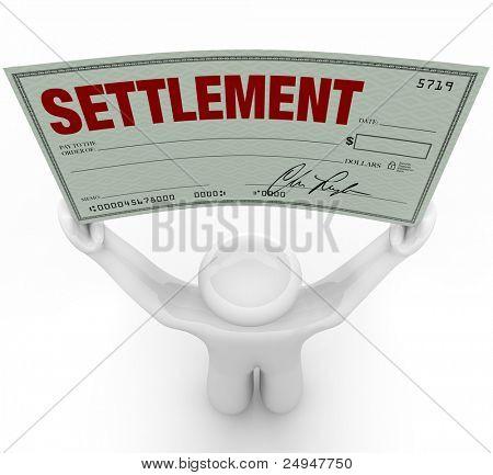 Ein Mann hält eine große Siedlung-Prüfung, die er in einer Studie bei zivilrechtlichen Gerichtsverfahren nach gewonnen hat die