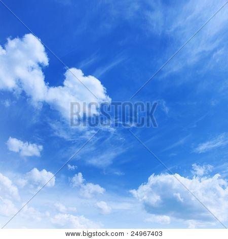 Foto: Cielo azul y nubes blancas.