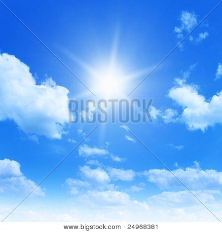 Sol no céu azul.