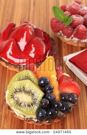 Tartaletas de pastel de fruta fresca en pantalla.