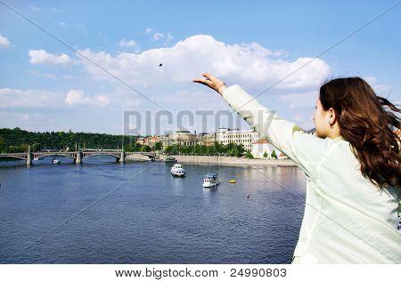 Prag. Der Blick von der Brücke Karlov. Das Mädchen wirft eine Münze wieder an diesen Ort zurückkehren.