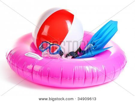 aro, pelota inflable, aletas y máscara aislado en blanco