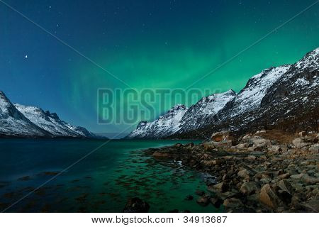 Northern lights (Aurora boreal) entre fiordos