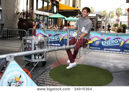 LOS ANGELES - 16 de JUL: Kevin McHale Kevin McHale no FOX e no Teen Choice 2 Playgr anual de energia