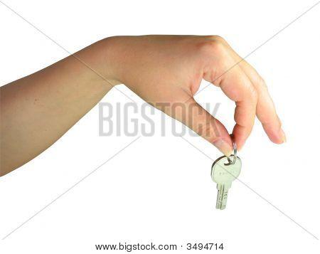 Mano de la mujer dando la tecla aislada sobre fondo blanco