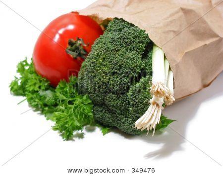 Verduras en una bolsa de papel
