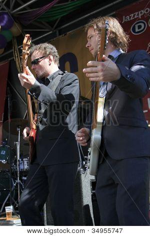 Arry Niemantsverdriet & Martijn Smit Play Guitar