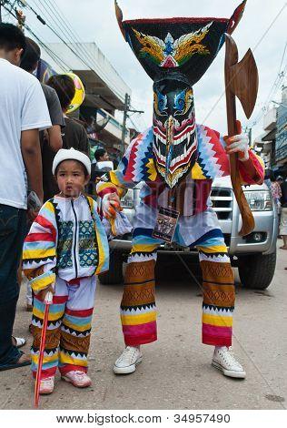 Loei Provinz Thailand 23. Juli 2012.: ein kleines Mädchen tragen eine bunte kleiden und ihr Vater tragen ein Gho