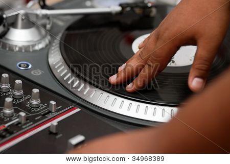 Hip-Hop-Dj Verkratzen des Datensatzes