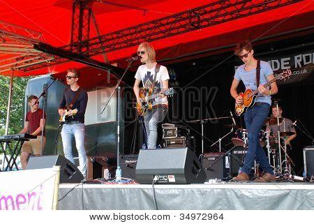 TENTERDEN, Inglaterra - el 30 de junio: Un lado sala, banda indie británica, realizar en la Tentertainmen anual