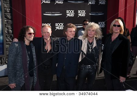 HOLLYWOOD, CA - 08 de junho: Def Leppard chegam na estréia no Grauman 'Rock of Ages' Los Angeles