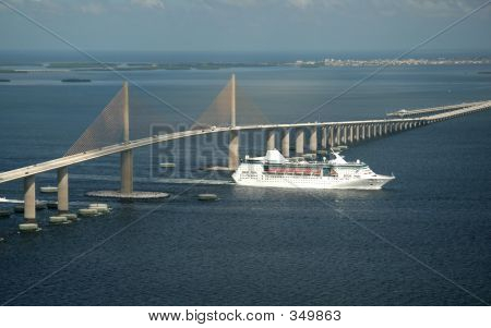 Skyway Brücke und Cruise ship