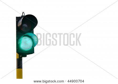 Verde semáforo aislado sobre fondo blanco