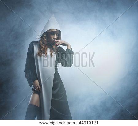 Schön und sexy Nonne über dem rauchigen Hintergrund