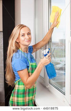 Ventana de lavado de mujer. Ama de casa limpieza ventana en casa. Quehacer doméstico