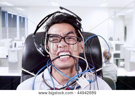 Stress-Kaufmann beißen Kabel im Büro