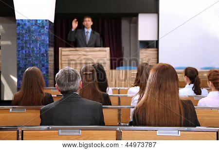 Geschäftsmann macht einen Vortrag im Konferenzraum