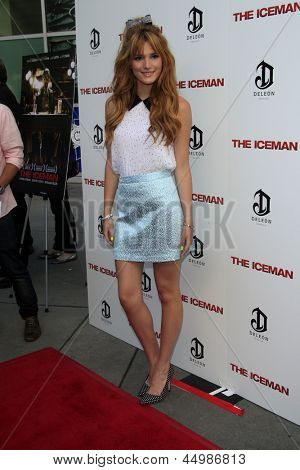 "LOS ANGELES - 22 de abril: Bella Thorne chega à Premiere de ""The Iceman"" no ArcLight Hollywood Theat"