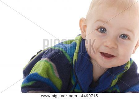 lächelnd Zahnen Baby Boy crawlt in Richtung Kamera
