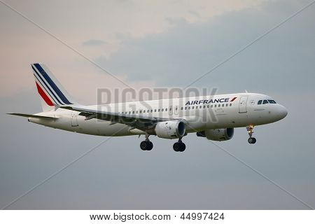 BUDAPEST, HUNGARY - MAY 5: Air France A320 approaching Budapest Liszt Ferenc Airport, May 5th 2012. Air France is the national flag carrier airline of France with a fleet of 254 (as of 2013).