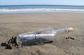 Message in a Bottle an einem einsamen Strand