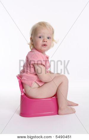 Kinder Kleinkind Mädchen sitzt auf einem Töpfchen für potty training
