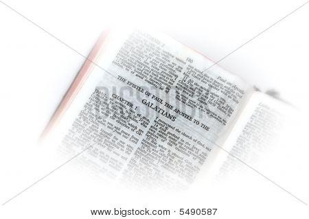 Bíblia aberta a vinheta de Gálatas