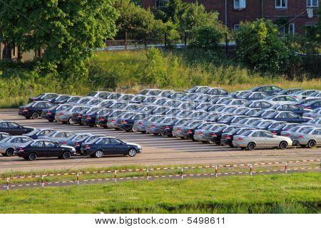 Estacionamento com monte de carros